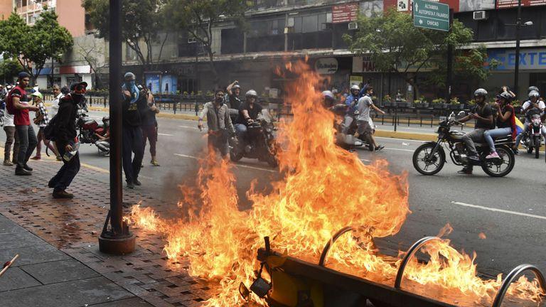 Un manifestant brûle une moto lors d'affrontements avec les forces de sécurité