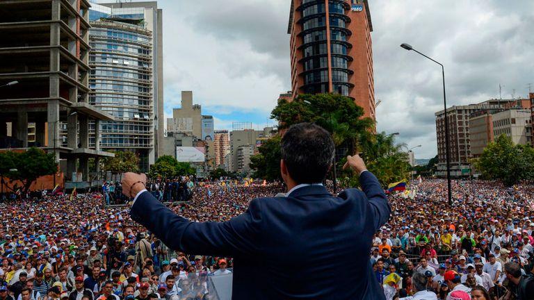 Juan Guaido s'adresse à la foule lors d'un rassemblement après s'être déclaré leader