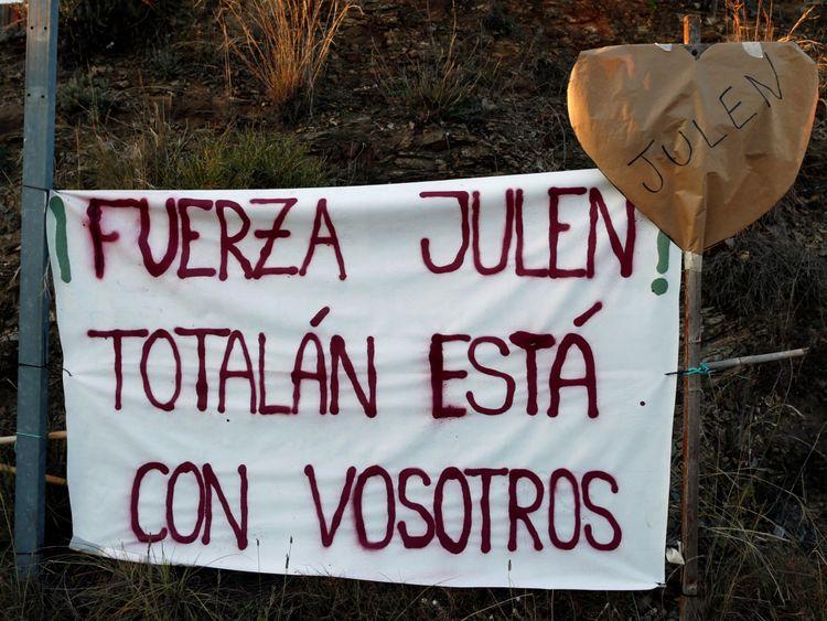 Les sections locales ont mis en place une bannière sur laquelle est inscrit Julen, Totalen est avec vous & # 39;
