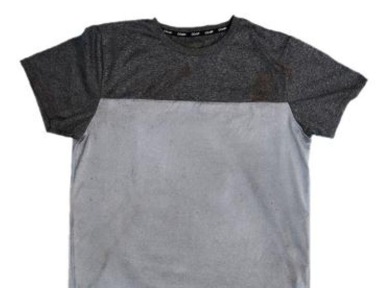 La police pense que ce t-shirt a été laissé par la personne responsable de son meurtre