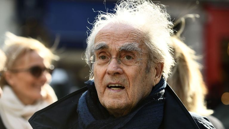 Le 14 mars 2017, le compositeur et pianiste français Michel Legrand arrive à l'église Saint-Pierre du Gros Caillou à Paris pour assister aux funérailles du journaliste français Pierre Bouteiller. Pierre Bouteiller est décédé le 10 mars 2017 à l'âge de 82 ans. / PHOTO AFP / ERIC FEFERBERG (Le crédit photo doit correspondre à ERIC FEFERBERG / AFP / Getty Images)