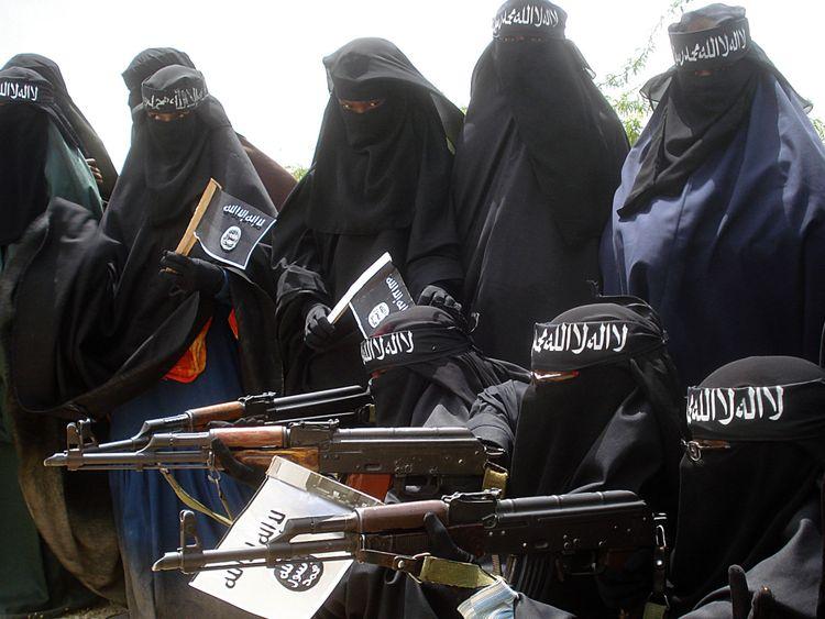 Des femmes somaliennes portent des armes lors d'une manifestation organisée par le groupe islamiste Al-Shabaab qui se bat contre le gouvernement somalien dans le quartier de Suqa Holaha à Mogadiscio, le 5 juillet 2010.
