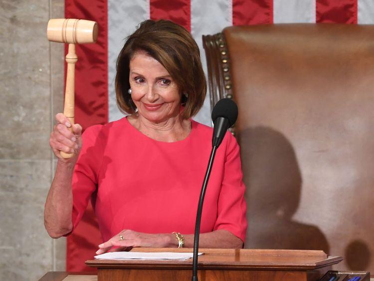 La nouvelle Présidente de la Chambre des représentants, Nancy Pelosi, D-CA, tient le marteau après son vote