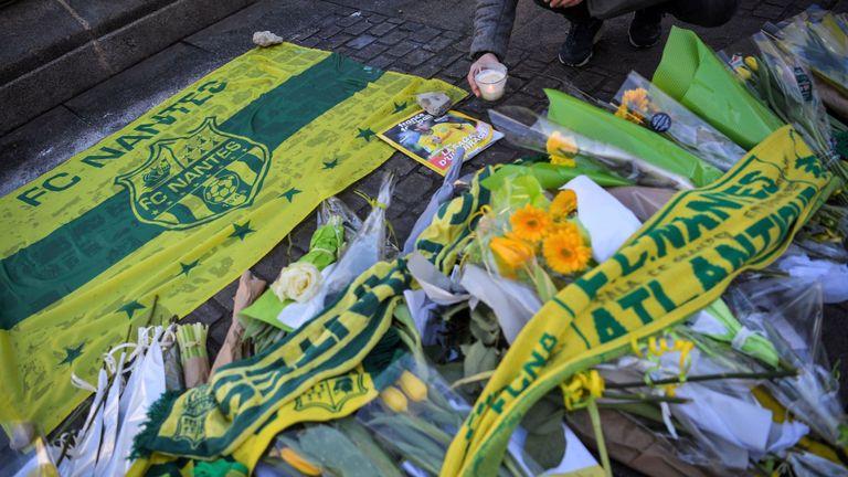 Les supporters du FC Nantes ont laissé des fleurs en dehors du club