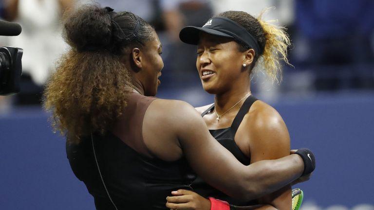 Naomi Osaka du Japon (R) embrasse Serena Williams des États-Unis (L) après leur match en finale contre la finale féminine, le treizième jour du tournoi de tennis américain 2018 Open