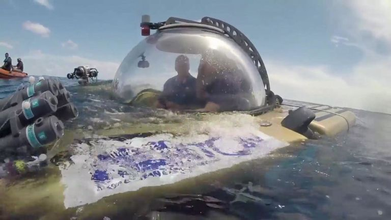 """En collaboration avec des scientifiques de la mission de Nekton, Sky News utilisera de petits sous-marins pour descendre des jardins de coraux dans la """"zone crépusculaire"""" faiblement éclairée et peu explorée, à une profondeur de 300 mètres."""
