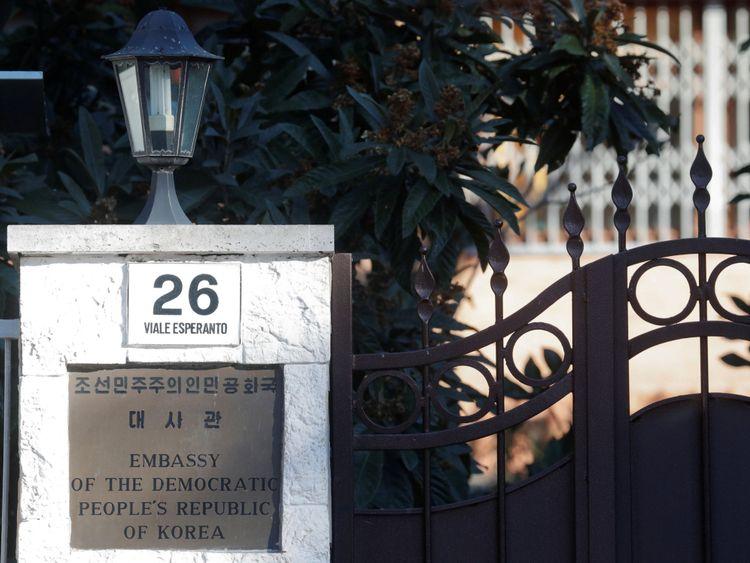 Une entrée de l'ambassade nord-coréenne à Rome