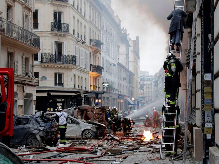 Une femme est évacuée d'un appartement par les pompiers après une explosion dans une boulangerie