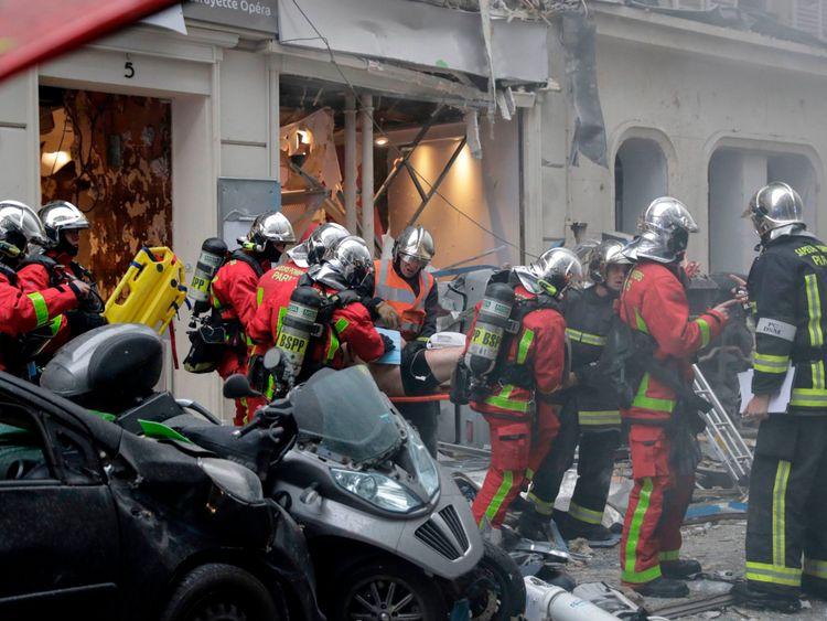 Un homme blessé est évacué sur une civière par des pompiers