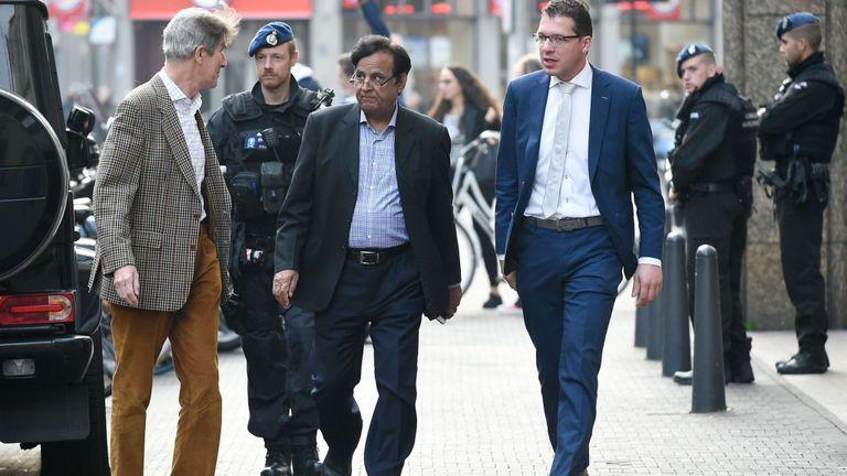 L'avocat pakistanais Saiful Mulook (C), escorté par la police, arrive à La Haye après avoir fui le Pakistan