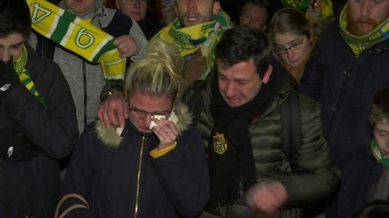 Réunis sur la place Royale à Nantes, les supporters ont agité des banderoles, allumé des fusées éclairantes et scandé le nom de Sala.