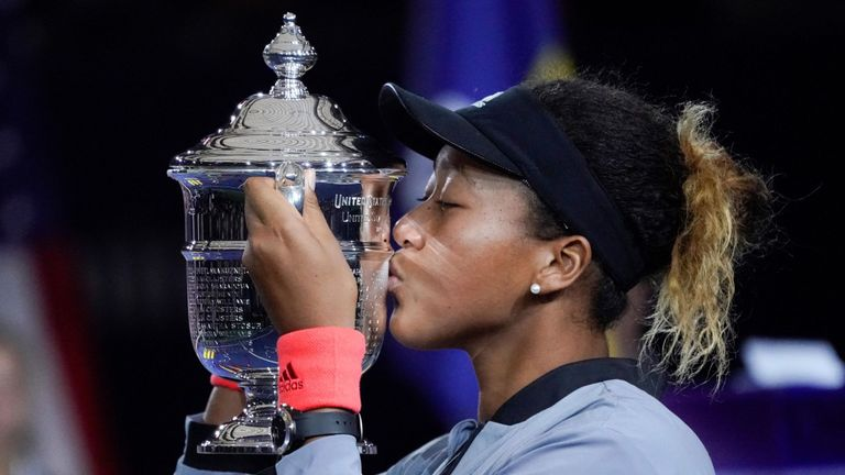 Naomi Osaka, du Japon, détient le trophée US Open après avoir vaincu Serena Williams, des États-Unis