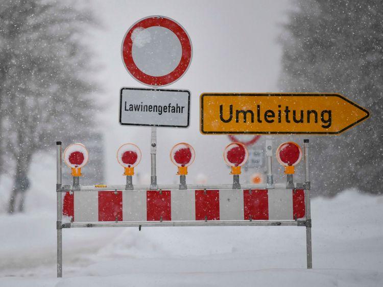 La neige abondante a frappé de vastes régions d'Europe et des routes ont été fermées