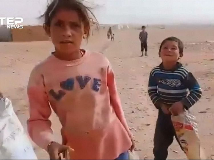Un convoi humanitaire des Nations Unies a atteint samedi 3 novembre le camp de réfugiés de Rukban en Syrie, où des milliers de personnes sont bloquées dans le désert, près de la frontière avec la Jordanie, a déclaré un membre du conseil local du camp.  Les Nations Unies ont déclaré qu'elles acheminaient des denrées alimentaires, des équipements d'assainissement et d'hygiène, ainsi que de la nutrition et des soins de santé à 50 000 personnes à Rukban, une zone sous contrôle des rebelles, dans le cadre d'une opération qui devrait durer trois à quatre jours.