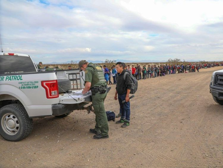 Les autorités frontalières ont arrêté près de 400 personnes d'un même groupe après s'être rendues. Photo: CBP Arizona