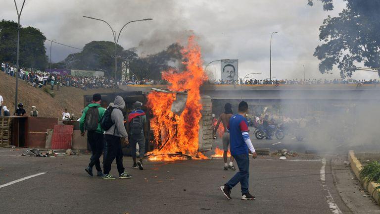 Une fourgonnette est incendiée par des manifestants de l'opposition vénézuélienne