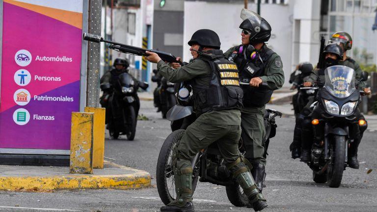 La police anti-émeute tire sur des manifestants à Caracas