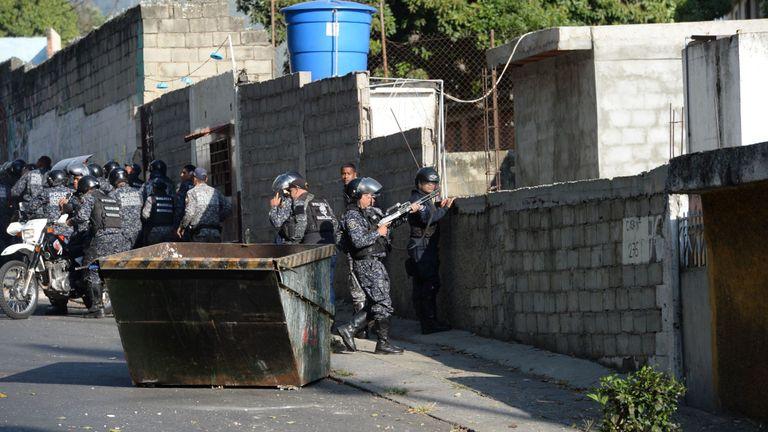 Affrontement de policiers anti-émeute avec des manifestants antigouvernementaux le 21 janvier