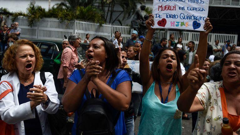 Des femmes à Caracas manifestent dans le cadre de manifestations anti-gouvernementales organisées par le chef de l'opposition vénézuélienne Juan Guaido