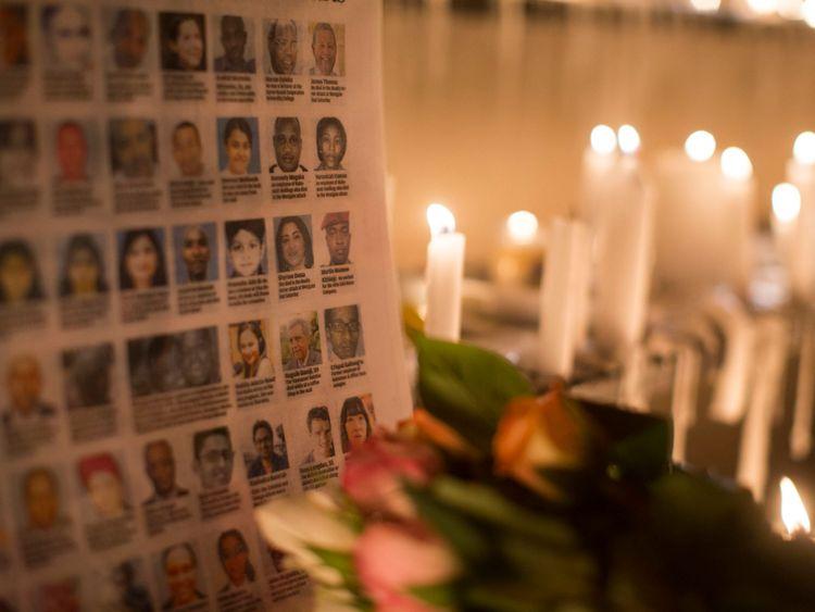 Les photographies des victimes du centre commercial Westgate sont placées à côté de bougies allumées à l'extérieur du centre commercial Westgate le 28 septembre 2013 à Nairobi, au Kenya.