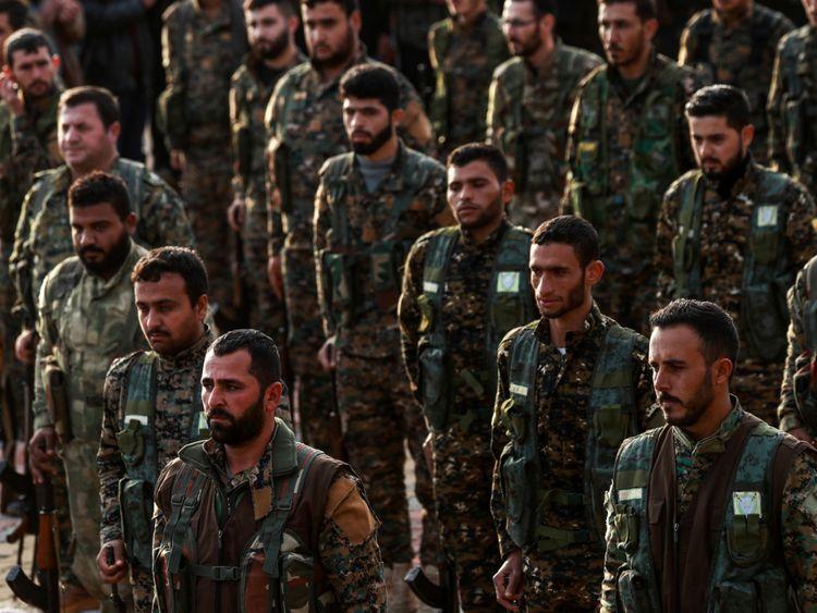 Des membres kurdes syriens des unités de protection du peuple (YPG) assistent aux funérailles d'un commandant kurde tué dans la ville de Qamishli, dans le nord-est du pays, le 6 décembre 2018