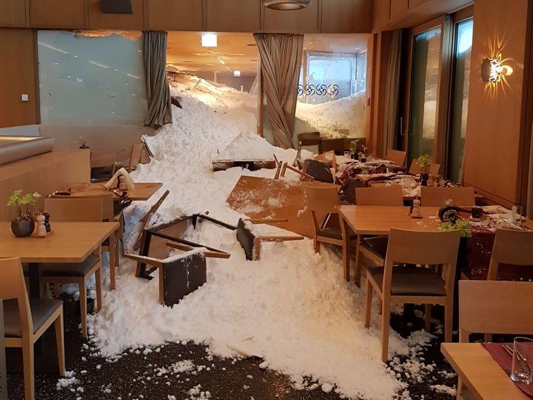 Une avalanche frappe l'hôtel Santis à Schwaegalp en Suisse