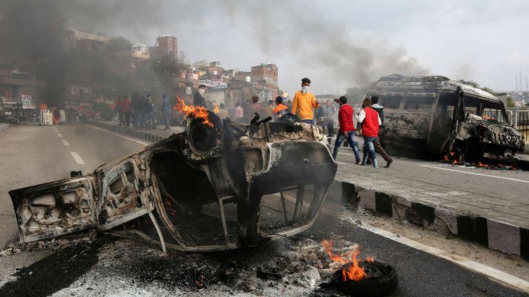 Les véhicules ont été incendiés par les manifestants après le bombardement de jeudi