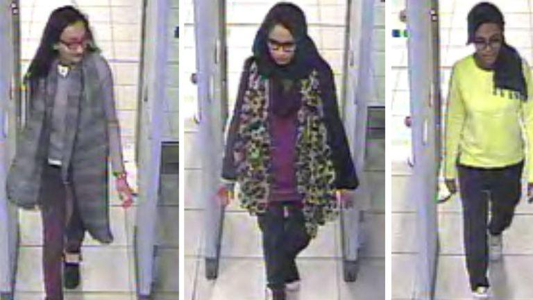 Kadiza Sultana (à gauche), Shamima Begum (à droite) et Amira Abase passant la sécurité à Gatwick avant de prendre un vol à destination de la Turquie