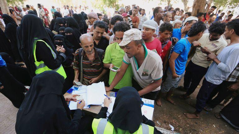 Les Yéménites se rassemblent dans un centre de distribution de l'aide de l'ONU à Hodeida