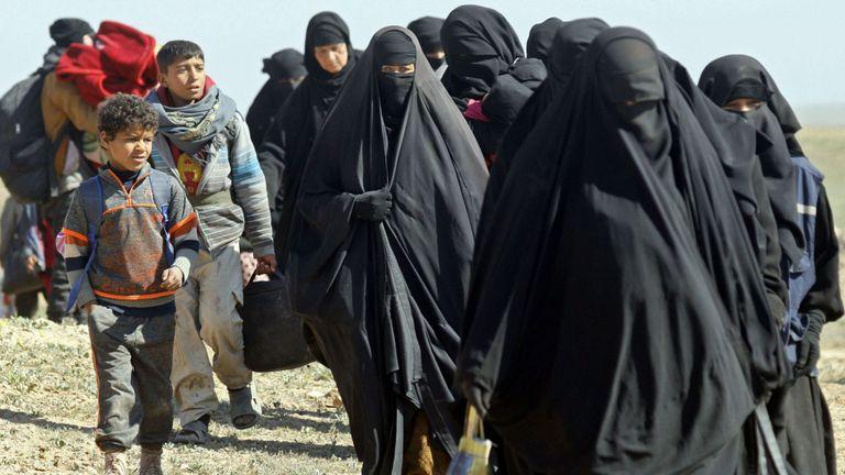 Des femmes et des enfants fuient le territoire de l'EI à Baghuz et se dirigent vers des camps de réfugiés