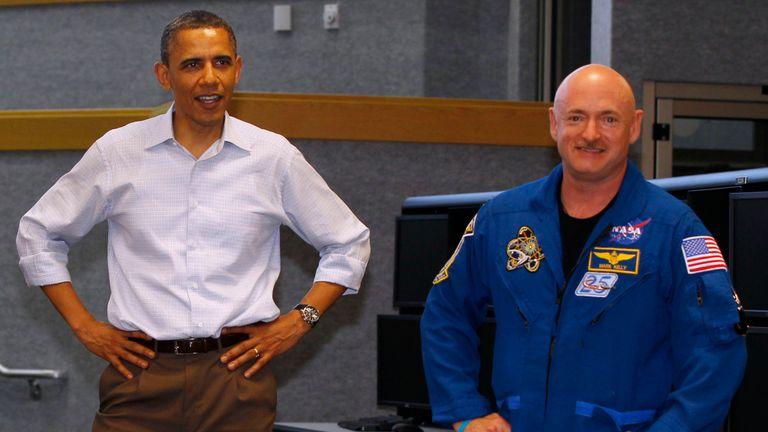 Barack Obama avec Mark Kelly avant son départ sur le Endeavour