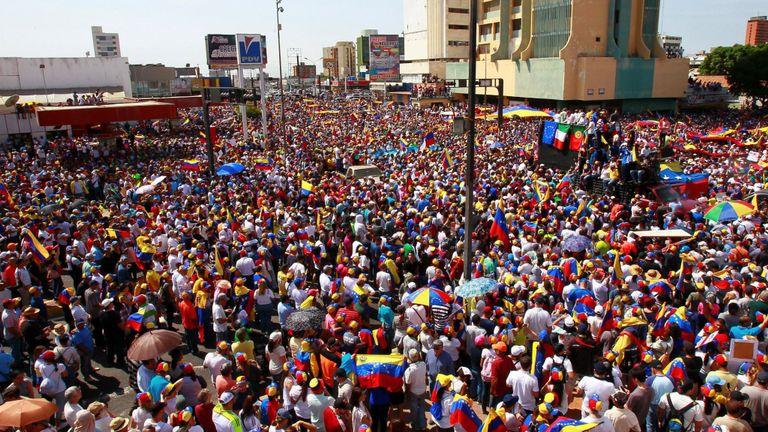 Des centaines de milliers de manifestants favorables à l'opposition ont envahi les rues de Caracas samedi