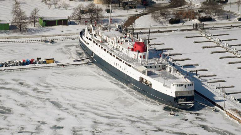 La glace entoure un navire sur le lac Michigan près du centre-ville de Chicago