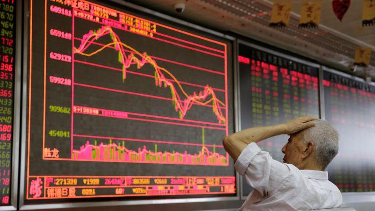 Un investisseur réagit aux informations boursières à Beijing lorsque les tarifs américains entrent en vigueur