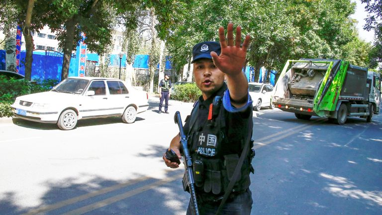 Un officier de police chinois à un barrage routier près de ce qu'on appelle officiellement un centre de formation professionnelle au Xinjiang