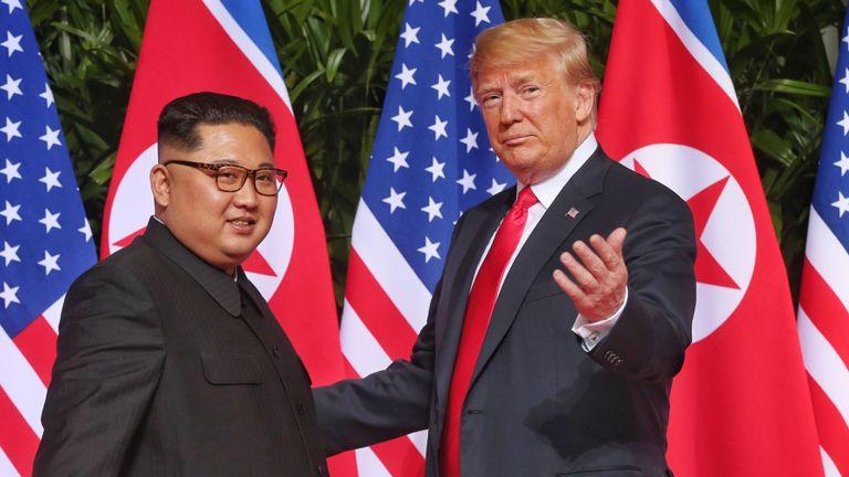 Singapour - 12 juin: Sur cette photo, le dirigeant nord-coréen Kim Jong-un (à gauche) rencontre le président américain Donald Trump lors de son sommet historique entre la République de Corée et la RPDC à l'hôtel Capella de l'île de Sentosa le 12 juin 2018 à Singapour. Le président américain Trump et le dirigeant nord-coréen Kim Jong-un ont tenu mardi à Singapour la réunion historique entre les dirigeants des deux pays, portant l'espoir de mettre fin à des décennies d'hostilité et à la menace du programme nucléaire nord-coréen. (Photo par Kevin Lim / THE STRAITS TIM