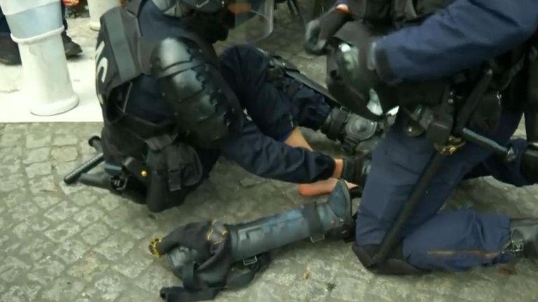 Un officier est soigné après s'être blessé au pied