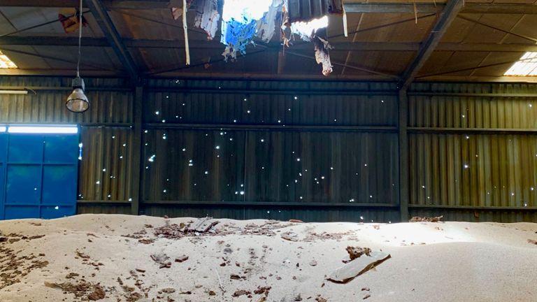 Un trou dans le toit du silo montre l'état du magasin qui pourrait nourrir les habitants du Yémen