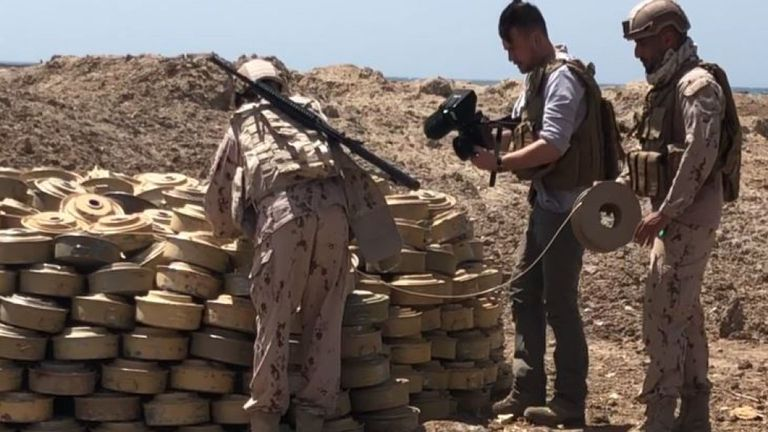 Les troupes de la coalition inspectent des mines terrestres récupérées