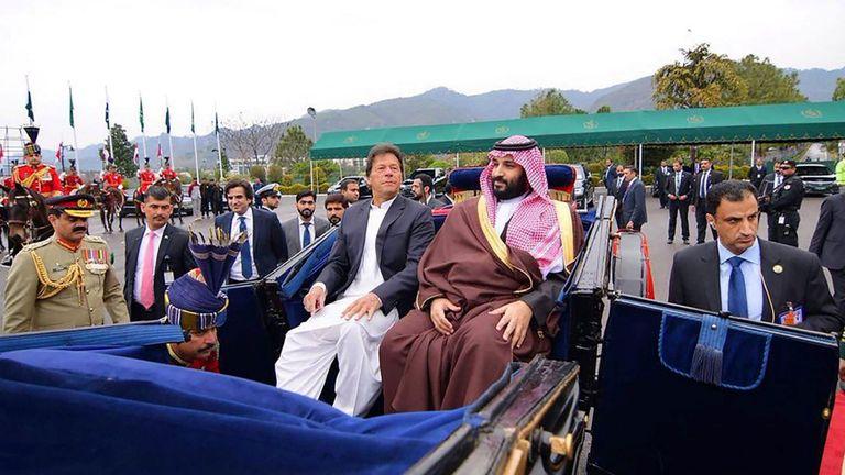 Le Premier ministre pakistanais Imran Khan accompagne le prince Mohammed en calèche