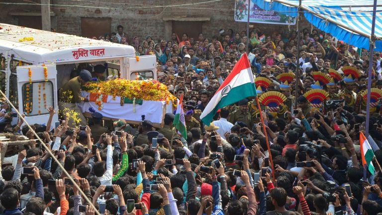 Des personnes en deuil assistent à un cortège funèbre suite à une attaque contre des troupes au Cachemire sous administration indienne