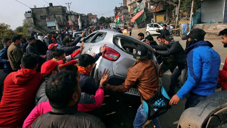 Les manifestants ont tenté de renverser une voiture lorsque le chaos a éclaté après l'attaque.