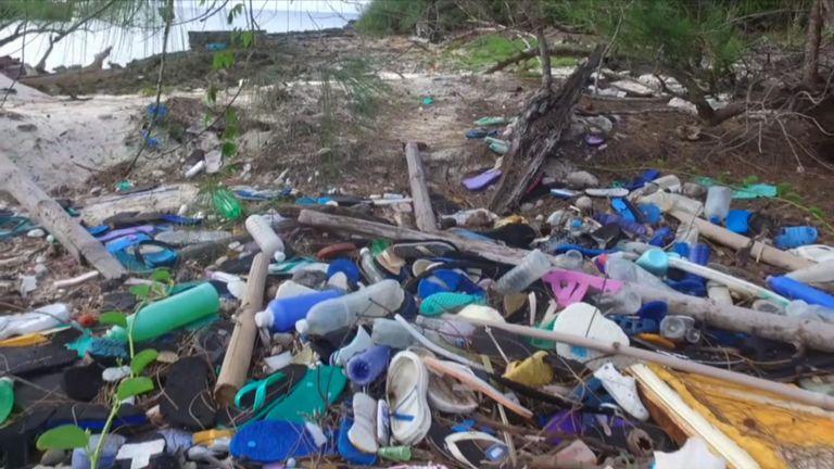Les bouteilles et les tongs sont parmi les articles à avoir lavé à terre