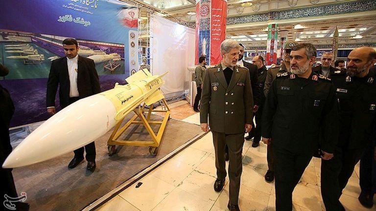 """Le ministre de la Défense, Amir Hatami (au centre) a déclaré que le Hoveizeh pourrait être prêt dans les """"plus brefs délais""""."""