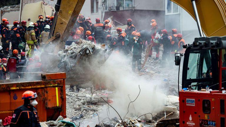 Des secouristes fouillent les décombres du bâtiment qui s'est effondré dans le district de Kartal