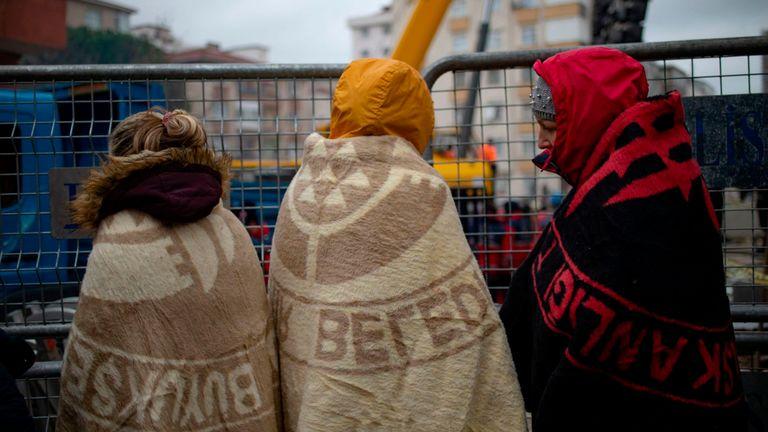Les proches des victimes toujours pris au piège sous les décombres jettent un regard sur l'opération de sauvetage en cours