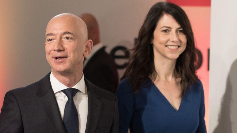 """L'enquêteur a déclaré que M. Bezos avait envoyé des """"notes d'amour débordantes"""" & # 39; à Sanchez avant qu'il n'annonce sa scission de son épouse MacKenzie"""