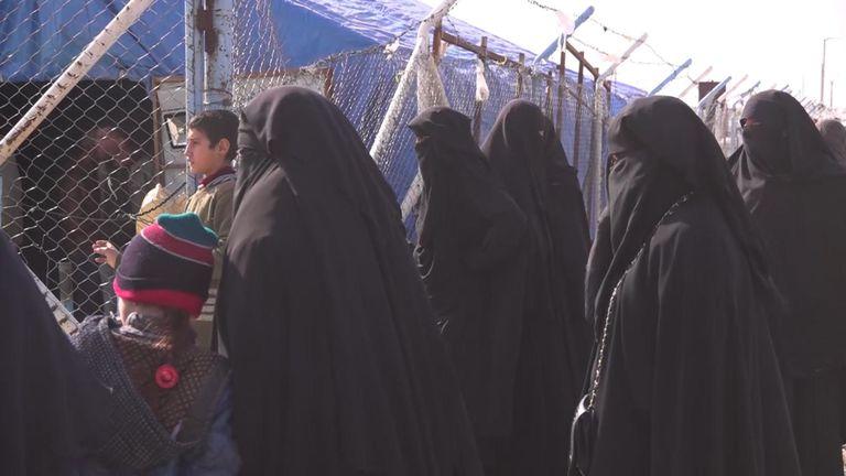 Des femmes liées à l'État islamique sont détenues dans une section d'un camp de réfugiés syriens