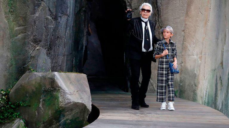 Le couturier se promène avec son filleul Hudson Kroenig lors d'un défilé Chanel 2018