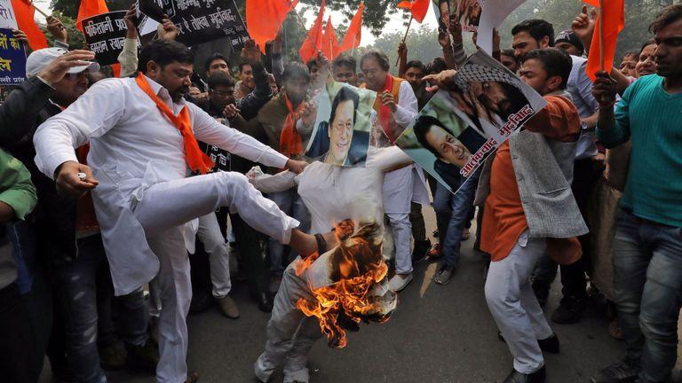 Des militants hindous ont mis le feu à une effigie ressemblant au dirigeant pakistanais Imran Khan après l'attaque
